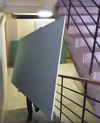 подъем гипсокартона по лестнице